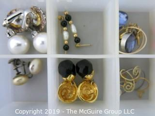 Jewelry: Asst of costume jewelry
