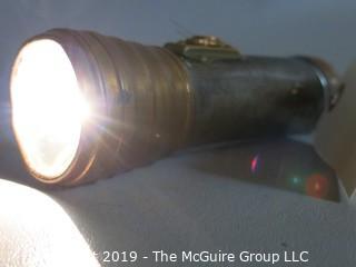Household: Lighting: VTG: Eveready Flashlight WORKS (batteries not included)