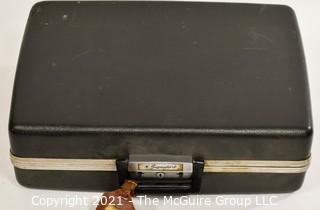 Signature 513 Portable Manual Typewriter In Carrying Case Montgomery Wards
