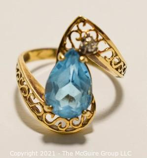 10k Gold ring with Blue Topaz Stone; 3g