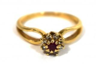 10kt Yellow Gold Ring with Gemstones Ring. Weighs 1.3 g.